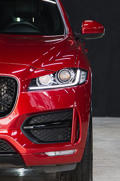 Auto pomalowane lakierem samochodowym w kolorze czerwonym.