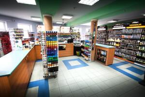 Wystawa sklepowa, na której znajdują się farby do dachu, farby do maszyn, farby w sprayu z naszych sklepów w Lublinie i Warszawie.